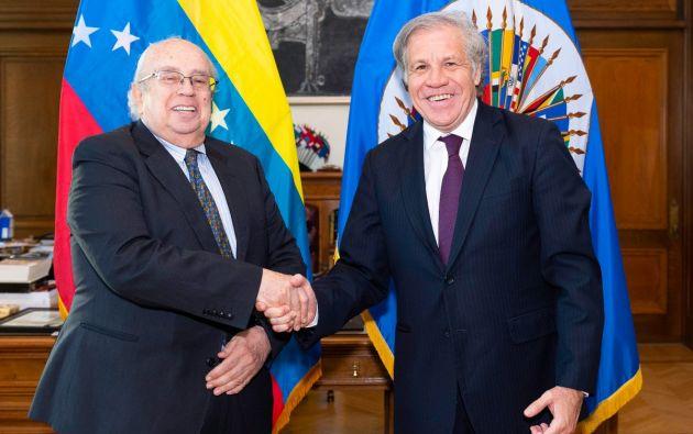El Secretario General de la OEA, Luis Almagro, recibe las credenciales del Representante Permanente de Venezuela, Gustavo Tarre. Foto: Twitter.