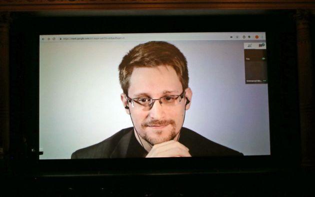 """""""Los críticos de Assange pueden alegrarse, pero este es un momento negro para la libertad de prensa"""", afirmó Snowden enTwitter."""
