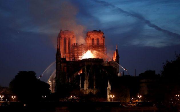 Un voraz incendio sigue consumiendo la simbólica catedral Notre Dame de París. Foto: Reuters.