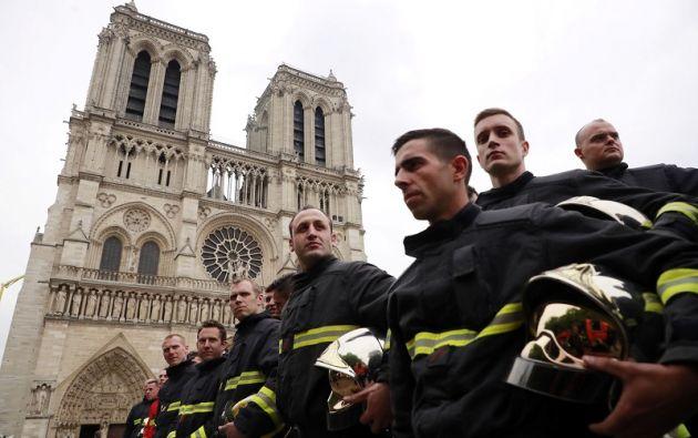 Los bomberos franceses esperan afuera de Notre-Dame-de Paris antes de una reunión con el Ministro del Interior francés Christophe Castaner y el Ministro del Interior Junior francés Laurent Nunez, después de un incendio que devastó la catedral en París. Foto: Reuters