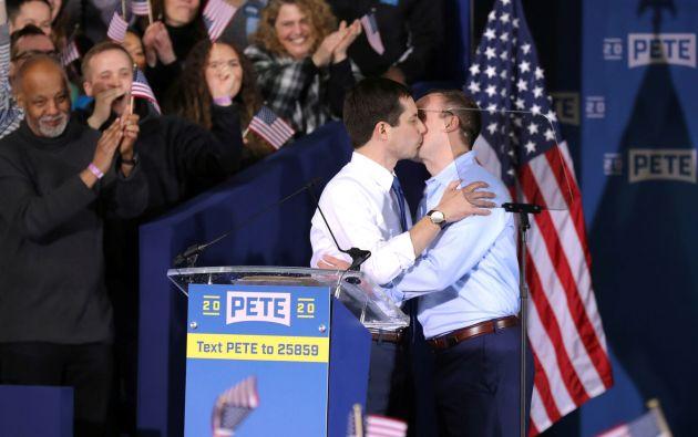 Pete Buttigieg con su pareja ayer en la presentación de su candidatura. Foto: Reuters.