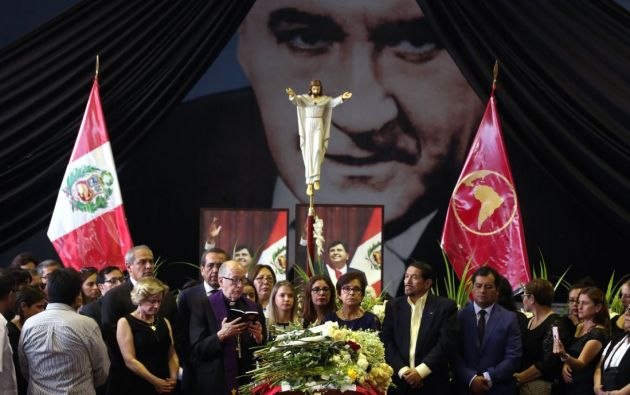 Pilar Nores, exesposa de Alan García, familiares y amigos se reúnen alrededor del ataúd durante el velatorio del expresidente peruano. Foto: Reuters.