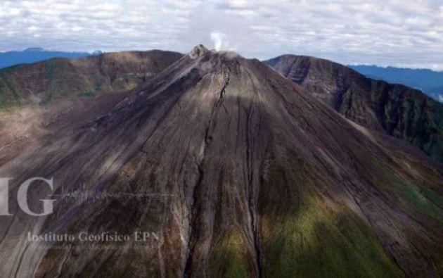 De 3.560 metros de altura, este volcán empezó su actual proceso eruptivo en 2002 y se caracteriza por generar explosiones, emisiones de gases y ceniza, flujos de lava y lahares. Foto: Instituto Geofísico de la Escuela Politécnica Nacional.