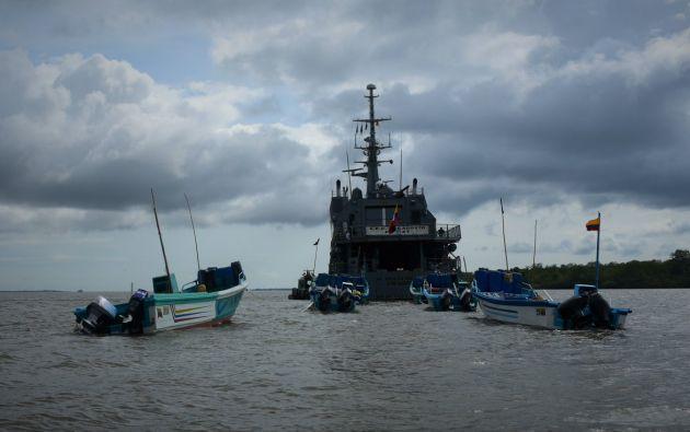 La Armada de Colombia encontró a seis lanchas de bandera ecuatoriana realizando pesca ilegal. Además capturó a 27 personas, 21 ecuatorianos y seis colombianos. Foto: Armada de Colombia.