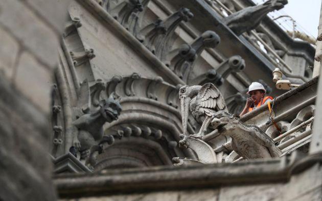 Un técnico trabaja en la catedral de Notre-Dame de Paris en París el 23 de abril de 2019, una semana después de un incendio que devastó la catedral. Foto: AFP