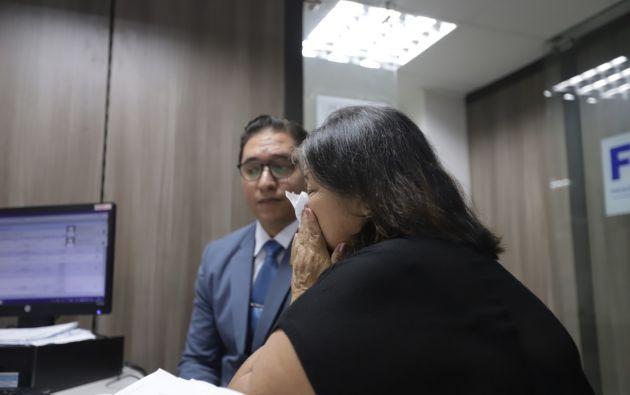 Jorge Luis Flores Lema le mostró a su mamá la foto de su nueva novia, una joven de nacionalidad venezolana. Foto: Cortesía Diario Extra
