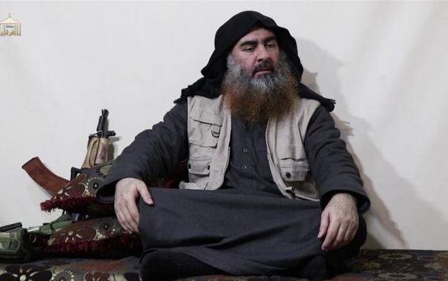 """El autoproclamado """"califa"""" aparece sentado en el suelo, sobre unos cojines y con las piernas cruzadas, con una larga barba sin recortar y la cabeza cubierta por un pañuelo negro."""