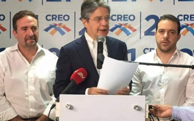 El lider del movimiento Creo, Guillermo Lasso, junto a César Monge a la izquierda y Roberto Gómez a la derecha.