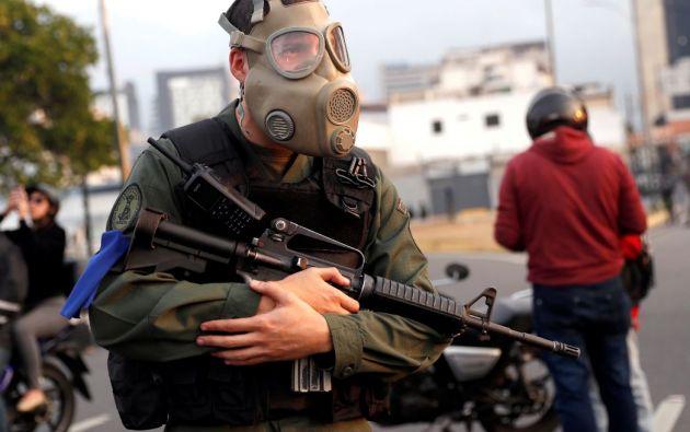 """Un miembro del ejército se encuentra cerca de la base aérea Generalisimo Francisco de Miranda """"La Carlota"""", en Caracas, Venezuela. Foto: Reuters."""