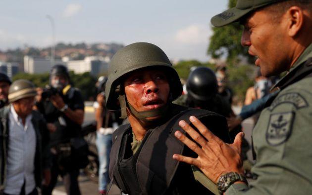 Un soldado venezolano herido cerca de la base aérea Generalisimo Francisco de Miranda. Foto: Reuters.