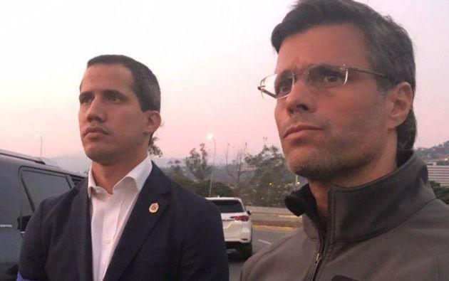 """Guaidó apareció además junto con Leopoldo López, su copartidario quien dijo haber sido """"liberado"""" de la prisión domiciliaria por los militares."""