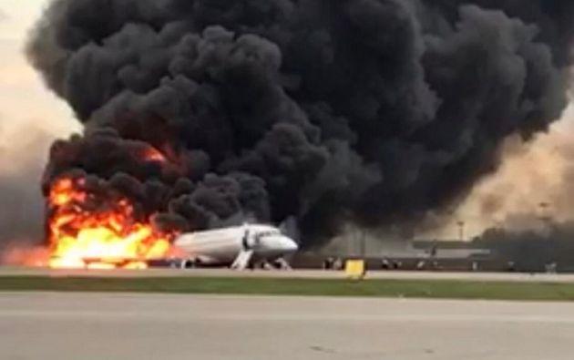 El aterrizaje de emergencia concluyó con el avión en llamas. Foto: Reuters