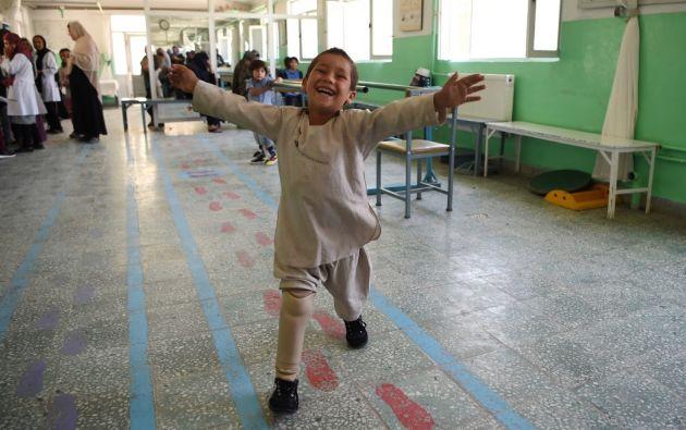 El pequeño Ahmad baila con soltura en un centro ortopédico de la Cruz Roja en la capital afgana. Foto: AFP.