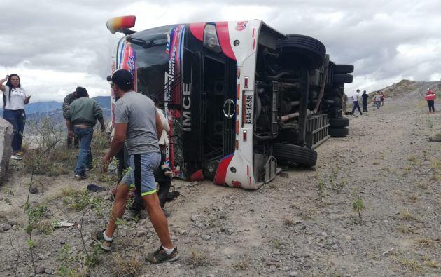 El vehículo, que transportaba a 40 pasajeros, cubría la ruta entre la ciudades de Tulcán (capital de la provincia de Carchi) y Baños (centro, en la provincia de Tungurahua). Foto: Ecu911.