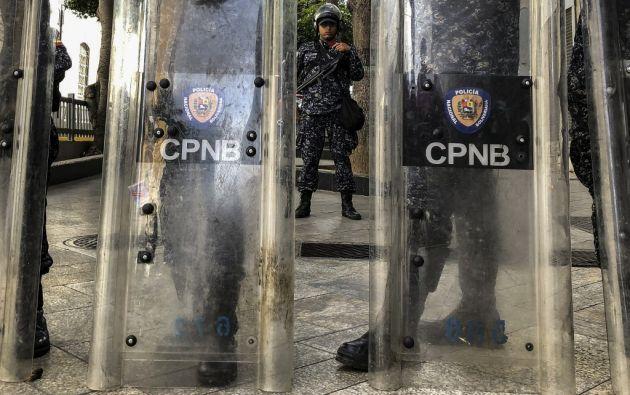 Miembros de la Policía Nacional Bolivariana de Venezuela montan guardia en los alrededores del Palacio Legislativo. Foto: AFP