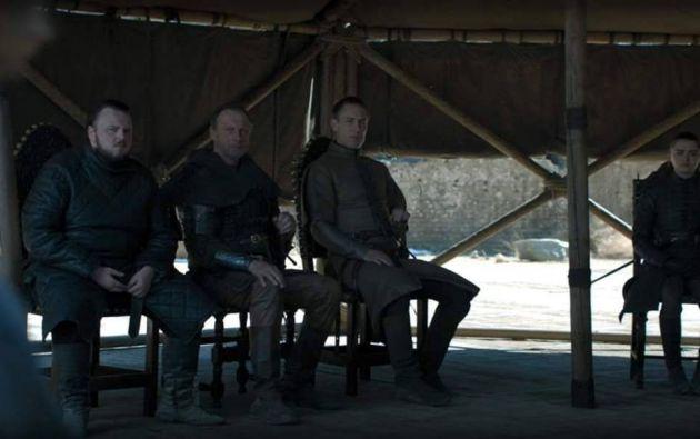 La botella debutó en una tensa escena mientras los personajes discutían el destino de Westeros.