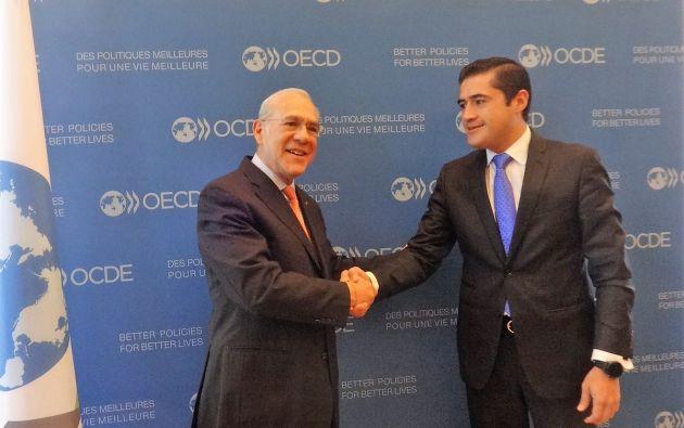 Richard Martínez y el Secretario General OECD en la firma del Memorando de Entendimiento sobre integridad y anticorrupción.