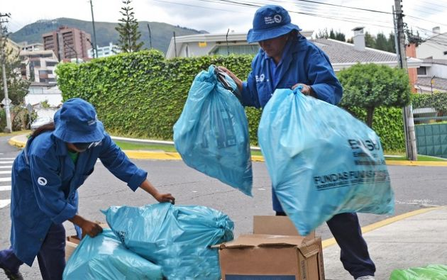 En barrios o grandes conjuntos residenciales de Quito también se implementa la modalidad del servicio de recolección -A pie de vereda- donde se establece con los recicladores un día y hora específica para entregar los residuos reciclables. Foto cortesía Municipio de Quito
