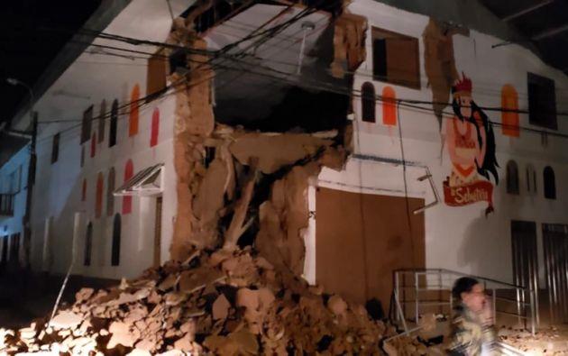Imagen publicada por el Departamento de Bomberos de Perú que muestra una casa dañada por un terremoto en Yurimaguas. Foto: AFP