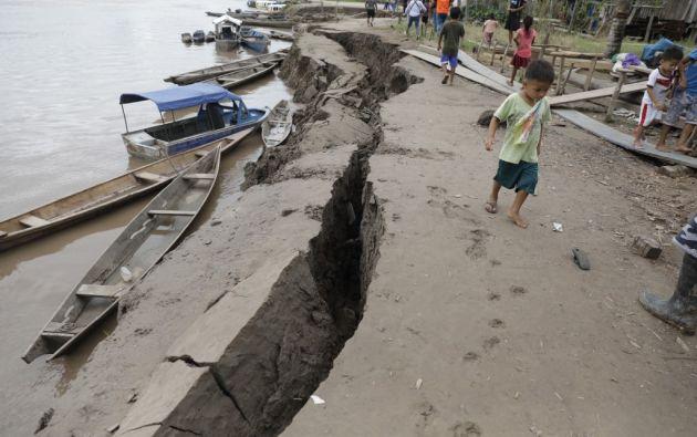 Un niño camina cerca de una grieta en el suelo causada por un terremoto en Puerto Santa Gema, en las afueras de Yurimaguas. Foto: AFP