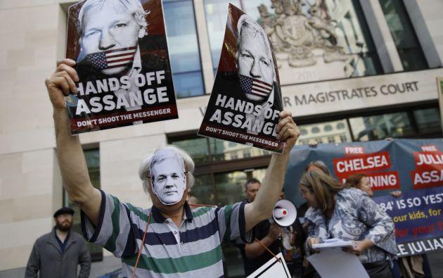 Los partidarios del fundador de Assange llevan pancartas en protesta frente al Tribunal de Magistrados de Westminster. Foto: AFP