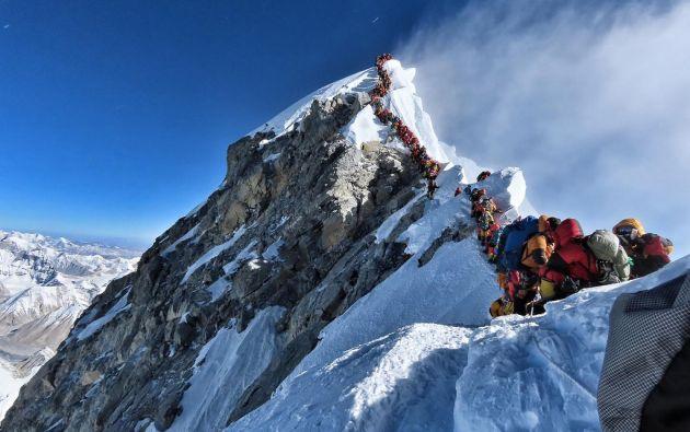 Una imagen nunca antes vista en el Everest. El mayor atasco en su historia provocó algunas muertes. Foto: Nirmal Purja.