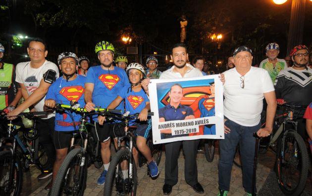 Desde el Parque del Centenario en Guayaquil salió un grupo de ciclistas vistiendo la camiseta de Superman, en homenaje a Andrés Moreno. Fotos: José Dimitrakis.