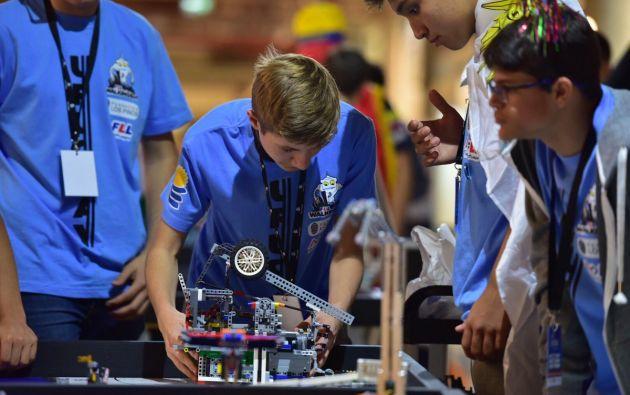 Todd Ensign, de la NASA, es jurado en el Mundial de Robótica de Uruguay, que busca que 700 jóvenes de 9 a 16 años de edad intenten resolver un problema de los astronautas o de una base espacial. Foto: Plan Ceibal.