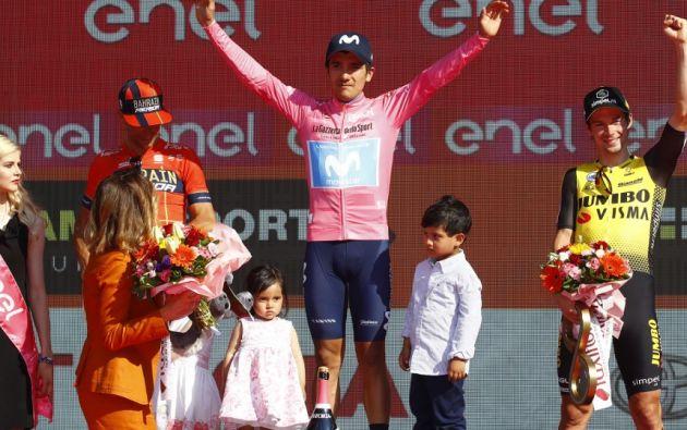 El ciclista carchense Richard Carapaz comparte su mayor logro deportivo con sus dos hijos. Foto: AFP.