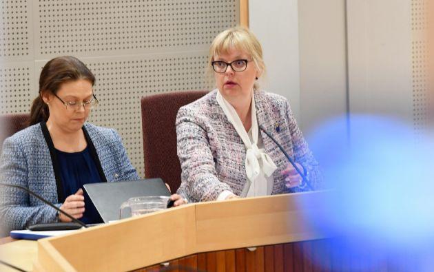 La fiscal adjunta Eva-Marie Persson aparece en la sala de la corte en el Tribunal de Distrito de Uppsala en Suecia durante la audiencia. Foto: AFP