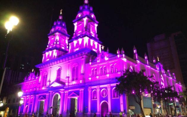 Los principales lugares icónicos de Guayaquil se iluminaron de rosa.