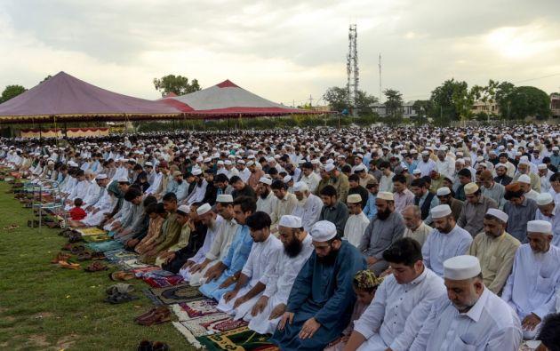 Los musulmanes pakistaníes ofrecen oraciones por el feriado del Eid al-Fitr en Peshawar el 4 de junio de 2019. Los musulmanes de todo el mundo celebran el feriado del Eid al-Fitr, que marca el final del mes de ayuno del Ramadán. Foto: AFP