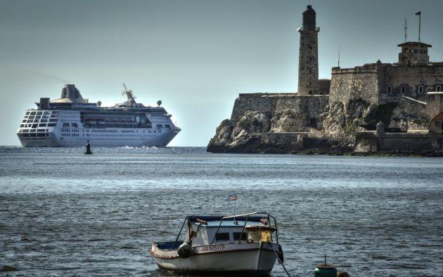 """""""Empress of the seas"""", un barco con bandera de las Bahamas y propiedad de Royal Caribbean de los Estados Unidos, se convirtió en el último crucero de una compañía estadounidense en llegar al puerto cubano. Foto: AFP"""