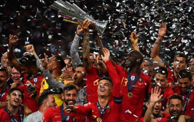 Porto, Portugal.- El capitán de la selección, Cristiano Ronaldo, levanta su segundo trofeo continental.