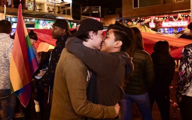 Miembros y simpatizantes de colectivos LGBTI en Quito se convocaron en la Plaza Foch. Foto: AFP.