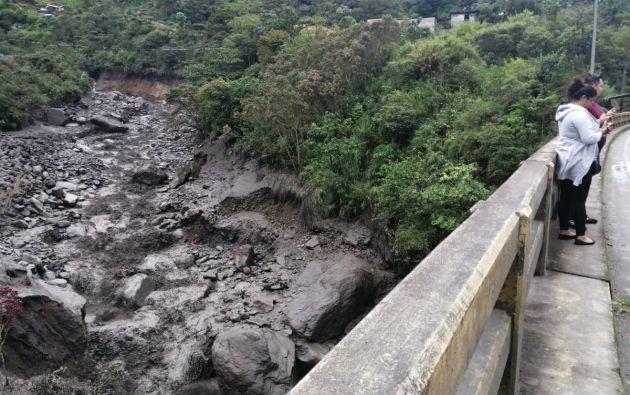 Una persona fallecida y dos puentes destruidos en el sector de Río Blanco San Francisco de Baños de Agua Santa.