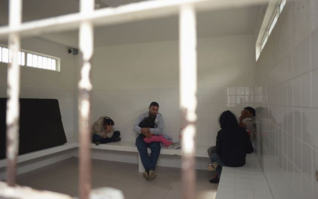 Migrantes detenidos en un punto de control en las instalaciones del Instituto Nacional de Migración (INM) en Comitán, estado de Chiapas, México. Foto: AFP.