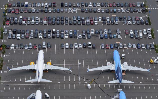 Un grupo de aviones está parqueado en el estacionamiento de vehículos de los empleados de Boeing. Foto: AFP.