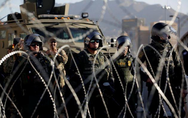 Miembros de la Fuerza de Campo Móvil y del Equipo de Respuesta Especial de Aduanas y Protección Fronteriza (CBP) en la frontera EE.UU.-México. Foto: Reuters.