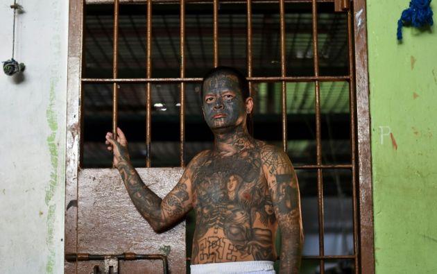 Quitar un tatuaje se hace con equipo láser en varias sesiones y es costoso. Otros deciden taparlos, pero quedan con grandes manchas de tinta negra. Foto: AFP.