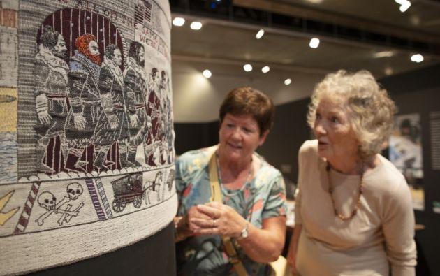 Esta tapicería, de 90 metros de largo, va a constituirse en el relato bordado de ocho temporadas de la serie fantástica y medieval. Foto: AFP.