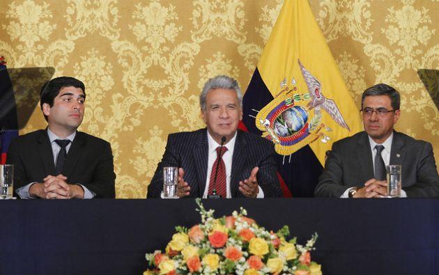 El vicepresidente Otto Sonnenholzner, el presidente Lenín Moreno y Augusto Briones, secretario general de la Presidencia. Foto: Flickr Presidencia.
