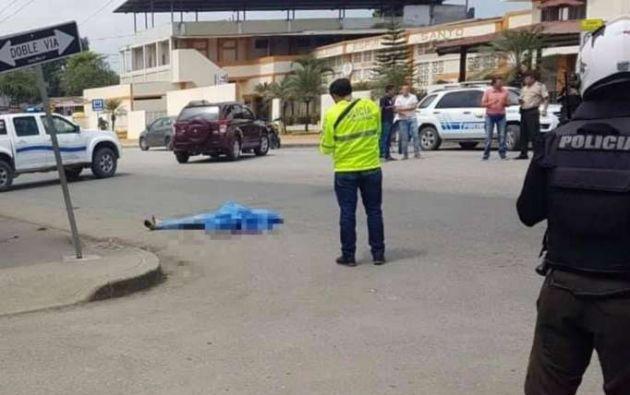 La Policía cubrió el cuerpo que quedó tendido en el piso hasta la llegada del vehículo de Medicina Legal. | Foto: Tomada de Diario La Hora.
