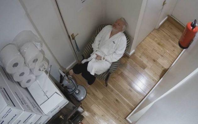 Captura de uno de los videos que registraron los movimientos de Assange en la Embajada de Ecuador en Londres.