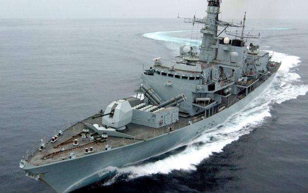 Una fragata de la Royal Navy de Reino Unido supervisa el tráfico marítimo en el Golfo Pérsico. Foto: AFP.