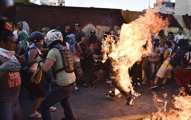 Un grupo de manifestantes contra Maduro el 20 de mayo de 2017 prendieron fuego a Orlando Figuera, quien falleció poco después. Foto: AFP.