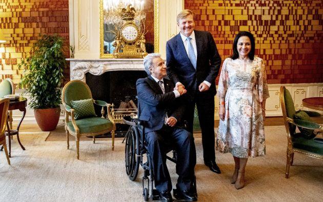 El rey Guillermo Alejandro de Holanda da la bienvenida al presidente Lenín Moreno en su residencia oficial. Foto: AFP.