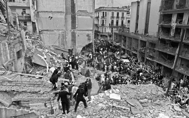El 18 de julio de 1994 murieron 85 personas, el mayor atentado perpetrado en Argentina, por el que nadie cumple condena. Foto: AFP.