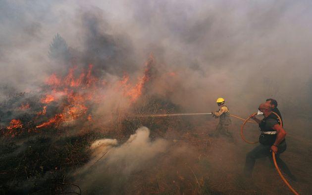 Mientras los bomberos continúan con las labores de extinción, las autoridades empezaron a investigar las causas de los fuegos. Foto: Reuters