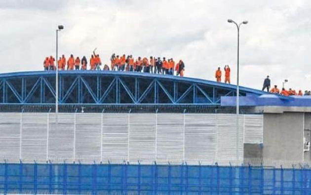 El motín se inició por la mañana cuando decenas de reos se subieron a los tejados de la cárcel.